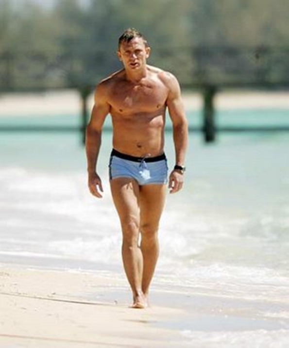 Daniel-Craig-beach-buff-shorts