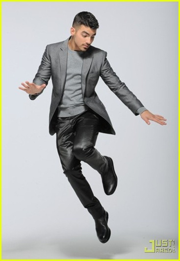 joe-jonas-wwd-02